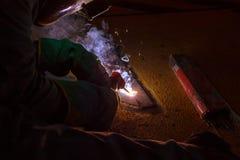 La soudeuse effectuent la soudure à la plaque de métal au plancher de toit du manuf Photographie stock