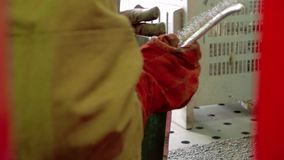 La soudeuse est traitée avec une brosse et un marteau en métal après soudure de deux pièces en métal banque de vidéos