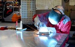 La soudeuse fonctionne dans l'industrie de metall - portrait Photos libres de droits