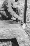 La soudeuse masculine fait des mesures du chevron en acier de règle de pièces en métal photos libres de droits