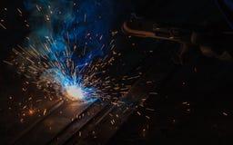 La soudure à l'arc électrique et les vapeurs de soudure à l'usine photo stock