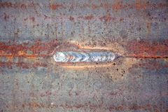 La soudure donne métal une consistance rugueuse en métal de fond au vieux Image libre de droits