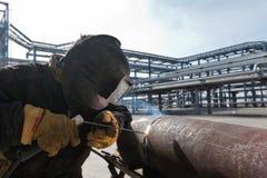 La soudure fonctionne à l'installation de la nouvelle canalisation sur le raffinage du pétrole dedans Image libre de droits