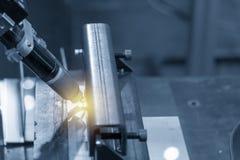 La soudure robotique le tube carré dans la scène bleu-clair avec l'effet de la lumière images stock