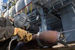 La soudure travaille à l'échangeur de chaleur en métal employant la soudure à l'arc électrique manuelle Image stock