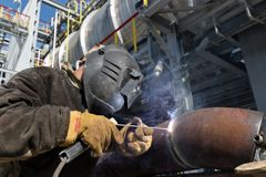 La soudure travaille à l'échangeur de chaleur en métal employant la soudure à l'arc électrique manuelle Photographie stock libre de droits
