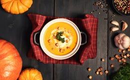 La soupe à crème de potiron a servi avec des croûtons, écrous écrasés, le persil a photo stock