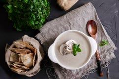 La soupe à crème a fait à partir des champignons avec du pain photographie stock