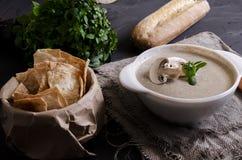 La soupe à crème a fait à partir des champignons avec du pain image stock