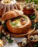 La soupe à Pâques, urek de la soupe le Å aigre» a fait de la farine de seigle avec la saucisse fumée et les oeufs ont servi dans photo stock