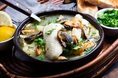 La soupe à poissons de fruits de mer dans des cuvettes d'argile a servi avec le citron et la coriandre Plan rapproché, l'espace d Image libre de droits