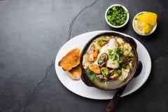 La soupe à poissons de fruits de mer dans des cuvettes d'argile a servi avec le citron et la coriandre Vue supérieure, l'espace d Image libre de droits