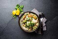 La soupe à poissons de fruits de mer dans des cuvettes d'argile a servi avec le citron et la coriandre Vue supérieure, l'espace d Photos stock