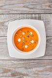 La soupe à potiron dans un plat blanc est sur la table Image libre de droits