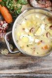 La soupe aigre à seigle faite de farine et viande de seigle aigries image stock