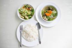 La soupe avec et le légume mélangé stire-ont fait frire servi avec du riz blanc Image libre de droits