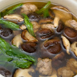 La soupe avec le shiitaké, chou de chine et hachent le porc Image libre de droits