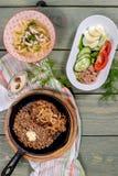 La soupe, côtelette avec du sarrasin, légumes a tiré d'en haut photographie stock