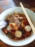 La soupe chaude et aigre à nouille de riz blanc de coupe d'amende a découpé la boule en tranches de porc et de porc photos stock