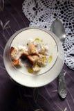 La soupe crème à chou-fleur avec les croûtons croustillants et la truffe huile Image libre de droits