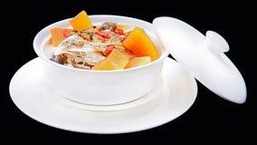 La soupe délicieuse à poissons dans la cocotte en terre, cuisine traditionnelle chinoise est Images stock