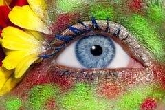 La source bleue de renivellement d'oeil de femme fleurit la métaphore photographie stock
