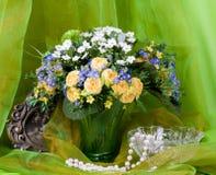 La source fleurit dans un vase et une trame en verre Images libres de droits