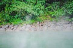 La source thermale comme un jade à la vallée thermique de Beitou libère la vapeur sulfurique photographie stock