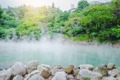 La source thermale comme un jade à la vallée thermique de Beitou libère la vapeur sulfurique photos libres de droits