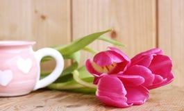 La source vient Belles tulipes roses sur le fond en bois Vue supérieure, l'espace de copie L'espace pour le texte, copie, marquan Images libres de droits