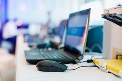 La souris et l'ordinateur portable avec le papier jaune dans l'imprimante pour des personnels dactylographient l'information image libre de droits