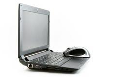 La souris se trouve sur l'ordinateur portatif photographie stock