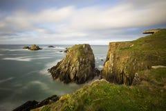 La soute sur la côte rocheuse de Britanny donne sur l'Océan Atlantique Photos libres de droits