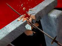 La spada rompe una pietra Fotografie Stock Libere da Diritti