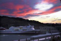 La Spagna, Barselona- 21 novembre 2013 Barcellona Porto marittimo al tramonto Immagine Stock Libera da Diritti
