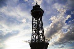 La Spagna, Barselona - 20 novembre 2013 Una torre di un funicolare di due cabine di funivia Immagini Stock Libere da Diritti