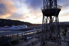 La Spagna, Barselona- 21 novembre 2013 Una torre di un funicolare di due cabine di funivia e di grande nave Fotografie Stock