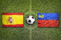 La Spagna contro la Francia Bandiere del Liechtenstein sul campo di calcio Fotografia Stock