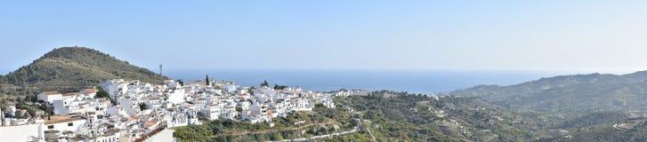 La Spagna, Frigiliana Panorama, giorno soleggiato fotografia stock libera da diritti