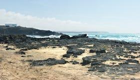 La Spagna, Fuerteventura, EL Cotillo Una spiaggia rocciosa fotografia stock libera da diritti