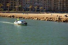 La barca sta galleggiando lungo la costa Fotografia Stock