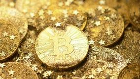 La spazzola del primo piano libera il modello reale di Bitcoin dalla polvere di oro stock footage