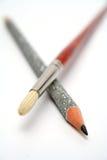 La spazzola di arte è attraversata con una matita brillante celebratoria Fotografia Stock Libera da Diritti