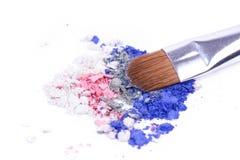 La spazzola professionale per compone sulle ombre sbriciolate Fotografie Stock
