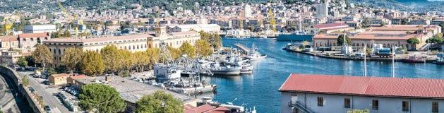 LA SPEZIA, ITÁLIA - 22 DE SETEMBRO DE 2014: Vista aérea do porto da cidade foto de stock royalty free