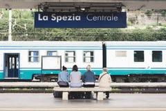 La Spezia, Italia - 8 de abril de 2016: Cuatro viajeros femeninos europeos no identificados, joven y mayor, espera para el tren e Imagen de archivo libre de regalías