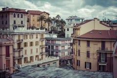 LA SPEZIA, ITALIA - 9 MARZO 2016: Le alte case strette della città di spezia della La Fotografia Stock
