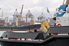 La Spezia, Liguria, Italia 03/17/2019 Porto mercantile di La Spezia in Liguria Nella priorità alta una barca della guardia costie immagine stock libera da diritti