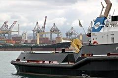 La Spezia, Liguria, Italia 03/17/2019 Porto mercantile di La Spezia in Liguria Nella priorit? alta una barca della guardia costie immagine stock libera da diritti