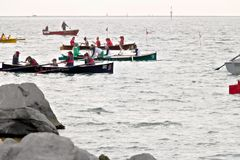 La Spezia, Liguria, Italy 03/17/2019 Palio del Golfo Grupo das mulheres Regata mar?tima tradicional imagem de stock royalty free